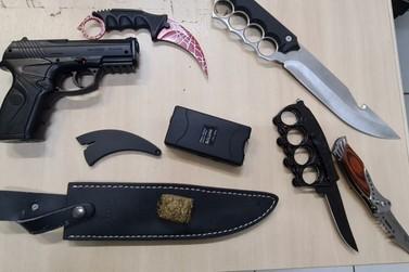 Replica de pistola e facas são apreendidas pela PMRs