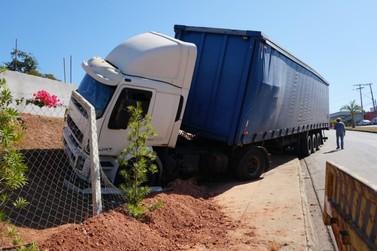 Motorista de carreta sem freio bate em barranco para evitar acidente