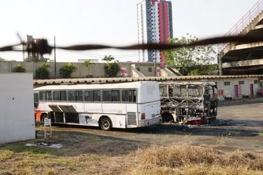 """Dois ônibus do MMEC são incendiados dentro do pátio do """"Vail Chaves"""""""