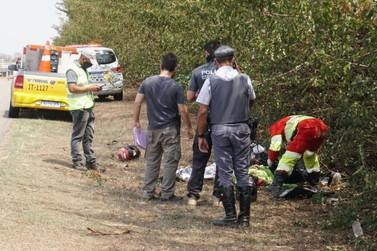 Homem morre em acidente de moto na SP-342 ; mulher ficou ferida