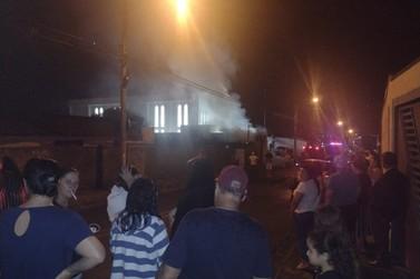 Incêndio destrói residência na Vila Dias [Veja vídeo]