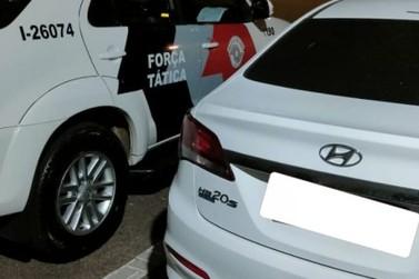 No Laranjeiras, Força Tática localiza carro roubado já com as placas clonadas