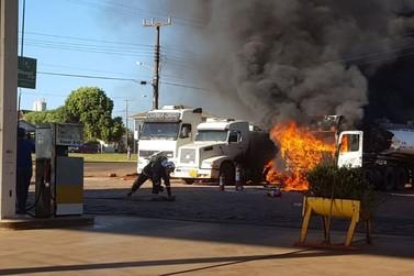 Bombeiros são acionados após caminhões pegarem fogo em posto