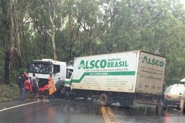 Caminhões colidem na BR-356 e trânsito fica interditado por três horas