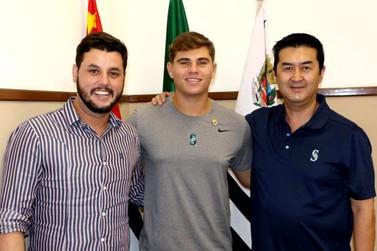 Ex-jogador do Atibaia visitou e agradeceu o apoio da Prefeitura