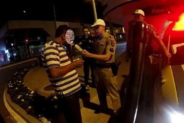 Motorista embriagado foge, causa confusão e acaba preso