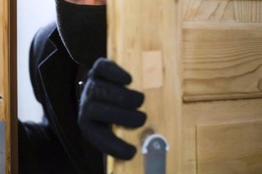 Ladrão arromba casa e rouba celular e corrente do pescoço da vítima