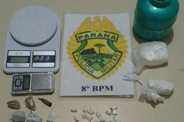 PM encontra drogas escondidas em fundo falso de guarda-roupa