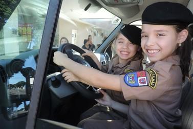 PM realiza sessão de fotos gratuita para crianças com mini fardas da Polícia