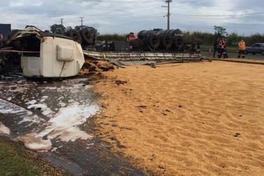 Caminhão carregado com milho tomba na BR-376, saída de Maringá para Paranavaí
