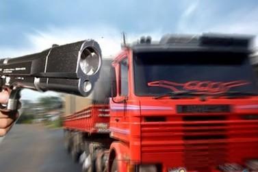 Motorista tem caminhão carregado com soja roubado na BR-376, em Paranavaí