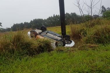 Motorista capota carro na PR-218, entre Paranavaí e Graciosa