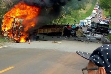 Ônibus pega fogo após se envolver em acidente com duas carretas na PR-082