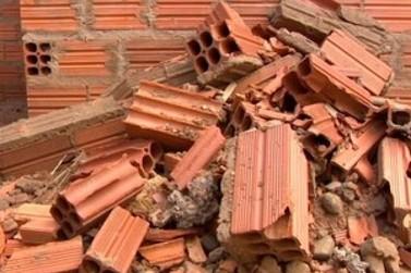 Homem atira tijolos em residência por causa de desacordo comercial com o morador