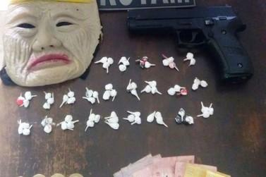 PM apreende drogas, máscara e pistola de brinquedo com adolescentes em Paranavaí