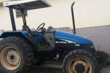 Proprietário localiza trator furtado abandonado na área rural de Paranavaí
