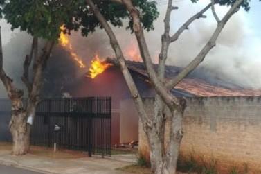 Homem se esfaqueia e ateia fogo na própria casa em Paranavaí