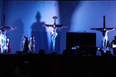 Centenas de pessoas acompanham encenação da Paixão de Cristo em Paranavaí