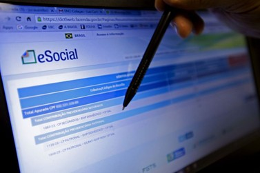 Empresas do Simples têm até amanhã (9) para inscrever empregado no eSocial
