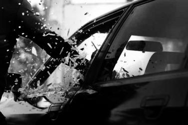 Ladrões quebram vidro de carro e levam bolsa da vítima, no Centro de Paranavaí