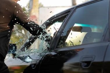 Após arrombar carro com pedra e chutes, homem é preso no Centro de Paranavaí