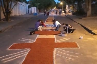 Católicos confeccionam tapetes de Corpus Christi em Paranavaí