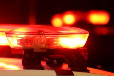 Com mandado de prisão, homem se esconde embaixo de veículo, mas acaba preso