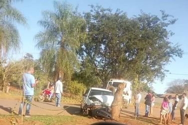 Homem morre após colidir carro contra tronco em Marilena