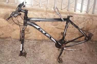 Ladrão furta pneu de bicicleta acorrentada