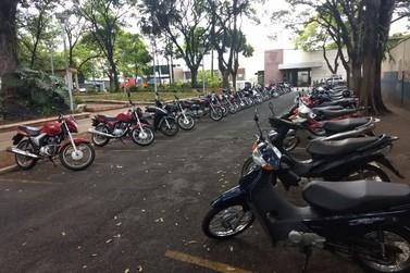 Mulher tem moto furtada em bolsão de estacionamento da Praça da Xícara