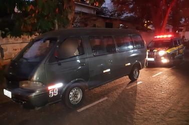 Veículo utilizado para transporte de presos é apreendido com placas falsas