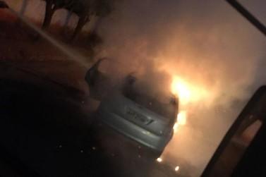 Carro do prefeito de Itaúna do Sul é totalmente destruído por incêndio
