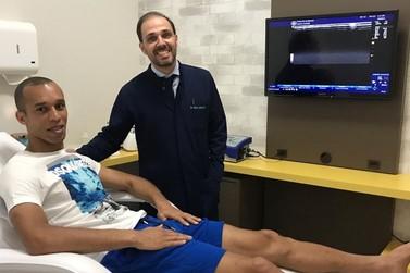Zagueiro Miranda visita Consultório de terapia regenerativa e tratamento da dor