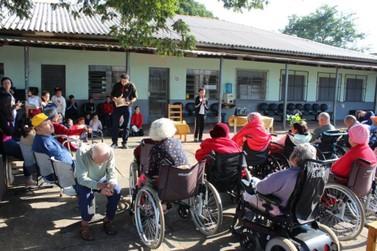 Alunos da escola Neusa Braga participam de projeto que conta histórias a idosos