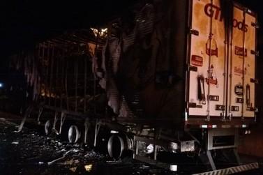 Caminhão bitrem é destruído por incêndio na BR-376