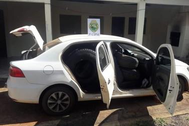 Carro é apreendido em Santa Isabel do Ivaí lotado de pneus contrabandeados