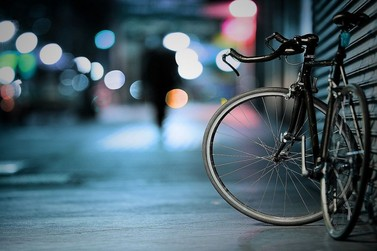 Motorista bate em bicicleta, derruba duas pessoas e foge