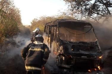 Ônibus escolar pega fogo em Alto Paraná