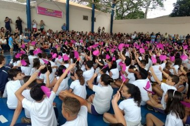 Mais de 500 avós recebem homenagem na Escola Hermeto Botelho