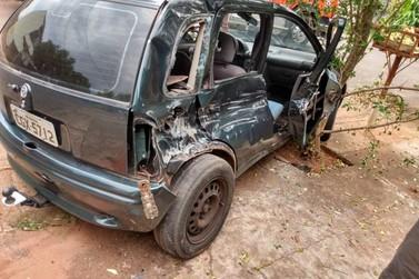 Acidente entre carro e caminhão deixa passageira gravemente ferida