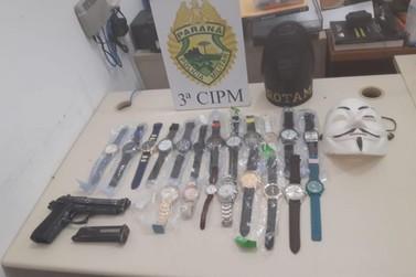 Adolescente é apreendido com 20 relógios furtados e arma de brinquedo