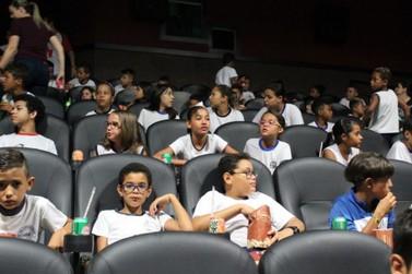 Alunos da educação especial celebram Dia das Crianças com sessão de cinema