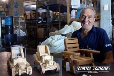 Após perder filho, nora e netas, idoso lida com dor fazendo e doando brinquedos