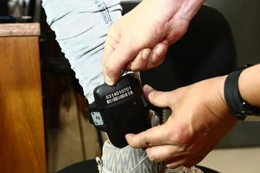 Homem com tornozeleira eletrônica furta casa e é preso após rastreamento