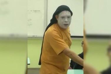 Homem vestido de palhaço invade salas e assusta alunos da Unespar em Paranavaí
