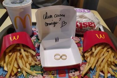 Jovem recebe pedido de casamento no McDonald's em Maringá