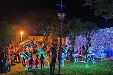 Moradores inauguram iluminação de Natal na praça da igreja em Graciosa