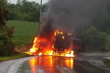Acidente com morte: dois caminhões batem de frente e pegam fogo