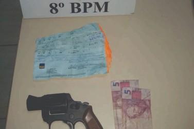 Suspeitos de roubo são presos com arma falsa e mais de R$2 mil em cheques