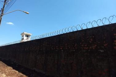 Mulher e adolescente são pegos tentando arremessar objetos para dentro da cadeia